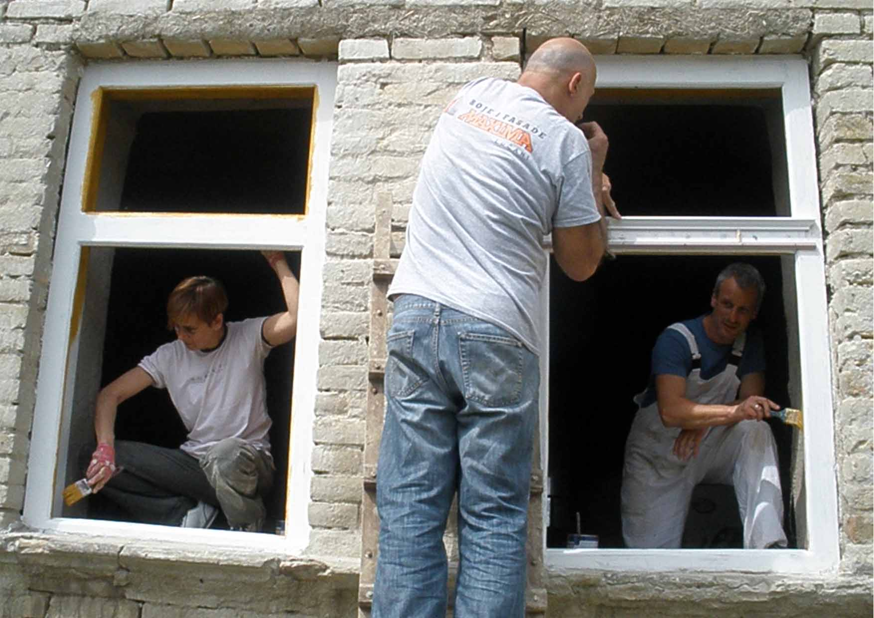 03 Mosorin radionica Gorjana i ekipa farbanje okvira vrata i prozora