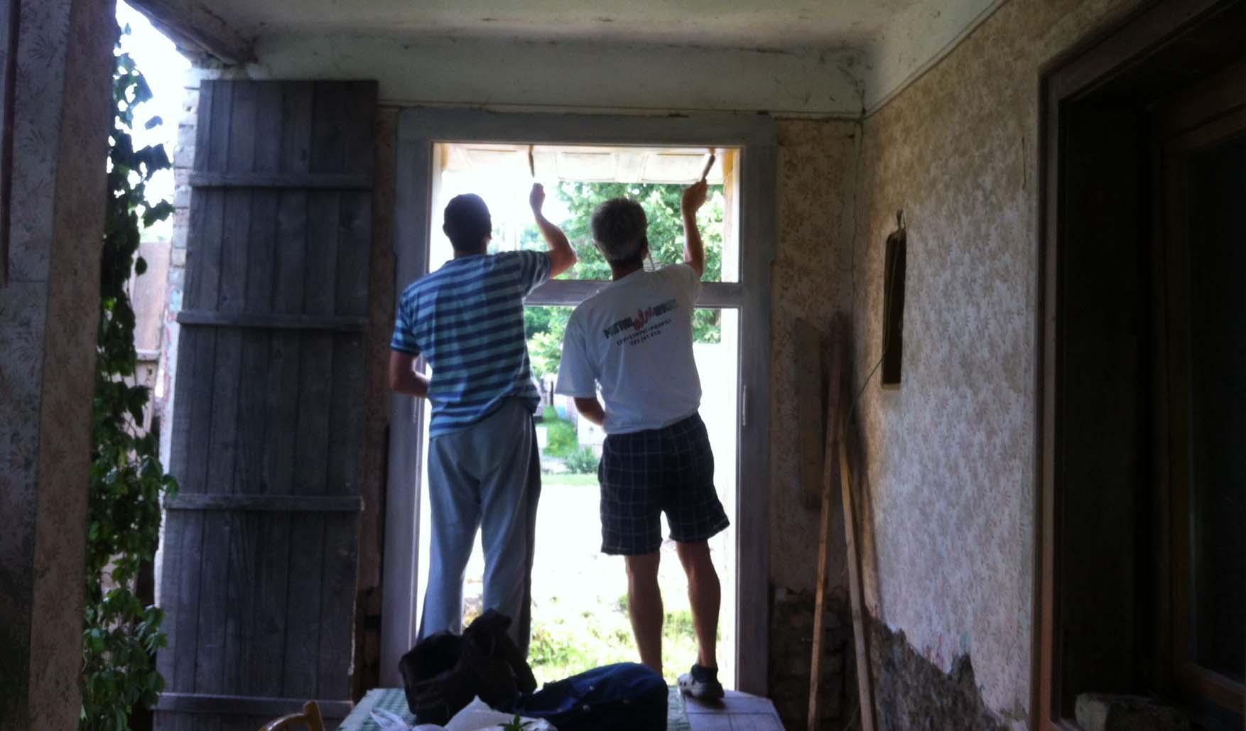 05 Mosorin radionica Gorjana i ekipa farbanje okvira vrata i prozora